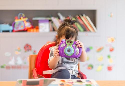 Dziecko, na które płacone są alimenty, bawi się zabawkami