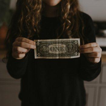 Kobieta trzyma banknot