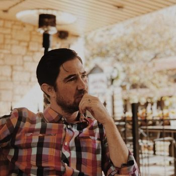 Zatroskany mężczyzna siedzi przy stole