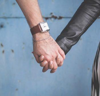 Splecione ręce kobiety i mężczyzny